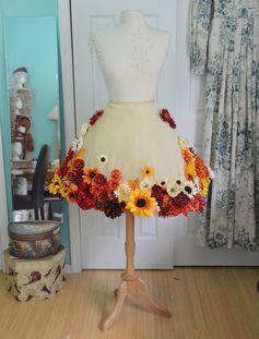 女性の衣装代表のスカート。そのスカートの中に花びらやお花がそのまま入っていて思わず振り返ってしまうデザインにあなたもくぎ付けに!街中で時おり見かけるこのスカート「バブルヘムスカート」といいます。実は火付け役は子供服からだったんです!それが今では大人のファッションでもお馴染みの「バブルヘムスカート」として浸透してきました!人形用の衣装にもかわいいと手づくりする人も出てきているようです。実はこの妖精のようにかわいいスカートが、なんと手作りでできちゃいますよ!女性の服の場合、丈はいいけれど色味がちょっとイマイチ。もっと華やかなものがいいな。などなど、市販のものですと少々の妥協も必要になります。それが、自分の好みに完全に合わせた色や丈の長さで作ることができるのです。こんなうれしいことってありませんよね!それでは早速作り方をチェックしてみて下さいね! この記事の目次 1.まずは型紙を作る! 2.ベースとなる生地を用意! 3.お花や花びらを入れる! 4.縫い合わせるメッシュ生地を用意! 5.できあがり! 6.変わり種案!フェルトのポンポン あなたもバブルヘムスカートで注目の的に!…