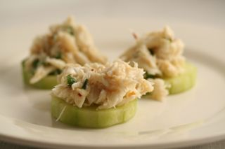 100 g lump crab meat 1 tsp lime juice 1 tsp water 1 tsp dry mustard 1 tsp chopped green onions pinch of red pepper flakes 1/2 cucumber, peeled and sliced salt and pepper to taste