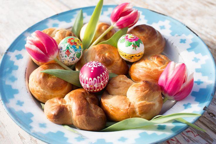 Dnes jde pečení jidášů také velmi dobře spojit s pečením mazance. U nás ty nejlepší umí rozhodně babička. A protože babičky obecně umí dobře vánočky, mazance, knedlíky, omáčky a spoustu dalšího, dnešní recept je od ní, konkrétně až z Horního Maršova z Krkonoš.  Více na: http://www.tchiboblog.cz/velikonocni-jidase/