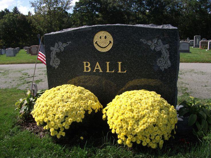 La lapida de Harvey Ball lleva tallada su obra más importante: el smile feliz