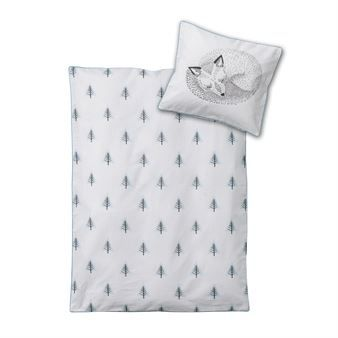 Give your baby a good night's sleep in the charming Elliot baby bed set from Bloomingville. The bed set is made of soft cotton with a pretty tree pattern on the duvet cover and a sleeping fox printed on the pillowcase, the set is also printed on the back which makes it reversible. Match the bed set with other popular children's products from Bloomingville for a unitary look!