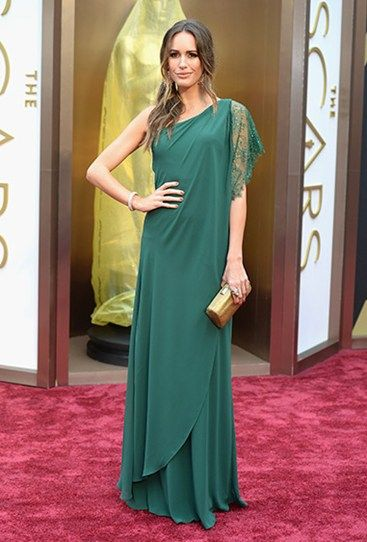 Louise Roe is all drape-y goodness in this green dress and gold clutch. We love her laid-back beauty look. #Oscars