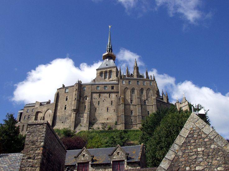 Mont-Saint-Michel - az óceán piramisa - A szigetért a középkorban véres harcok folytak, királyok, hercegek, küzdöttek érte, majd a százéves háború idején (15. század) erődített falakkal vették körül.