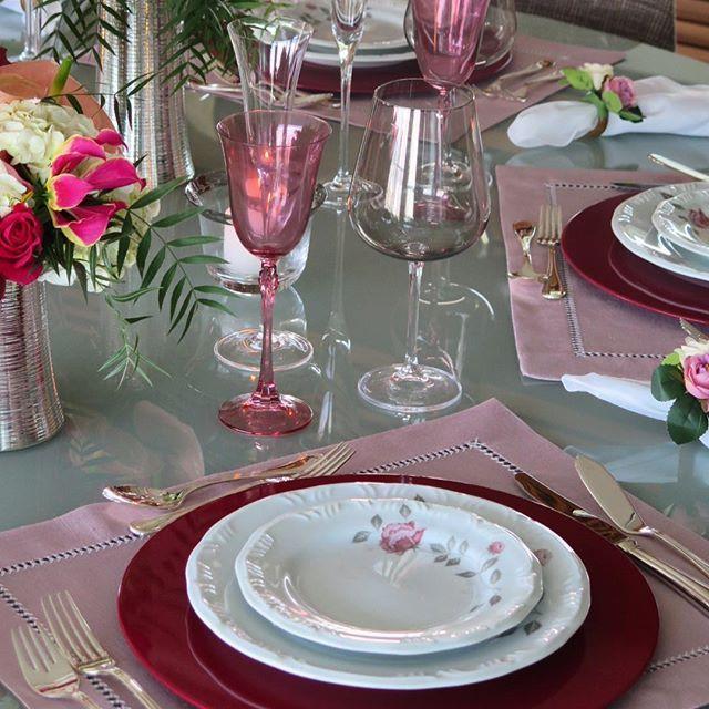 """Amei essa composição de cores... o sousplat da @flaviasimons_atelier """"iluminou"""" a mesa e as taças de cristal rosa e fumê combinaram perfeitamente com a decoração do prato  eu amei! E vcs? Pratos @porcelanaschmidt Jogos americanos @artenamesa1 Taças @presentesmickey Cachepots @stjames_prataria #mesaeflor #mesaposta #mesadecor #mesaromantica #decordemesa #chezmarina"""