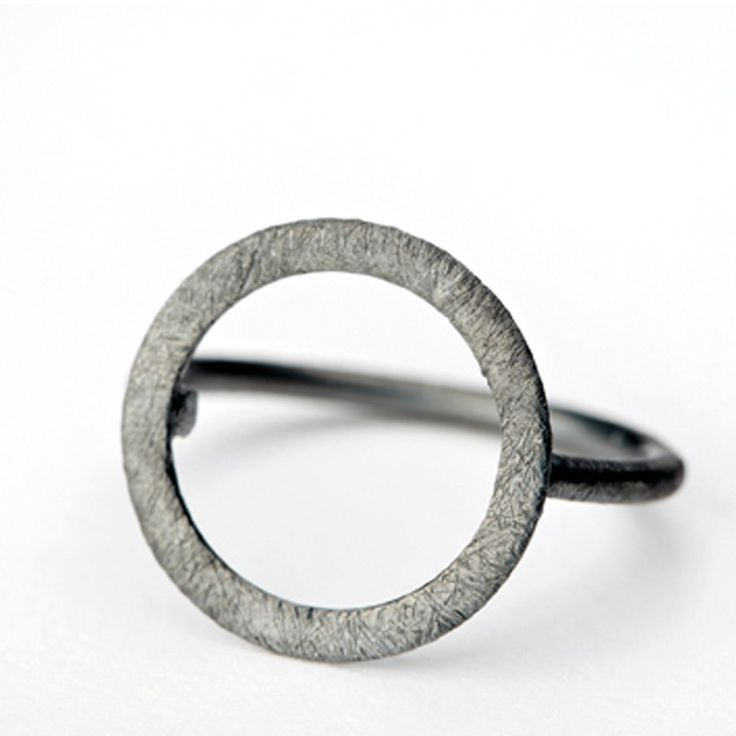 Den her ring, som jeg kom til at smide væk i Cambodia. Jeg kan ikke helt huske størrelse, men så vidt jeg husker noget a la small-medium. Pernille Corydon Open Coin Ring