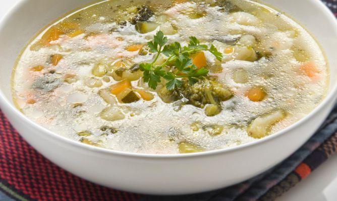 Sopa de calabacín, puerros y zanahorias de Karlos Arguiñano, rica en vitaminas y antioxidantes, ideal para mantenernos hidratados y llevar una dieta sana.