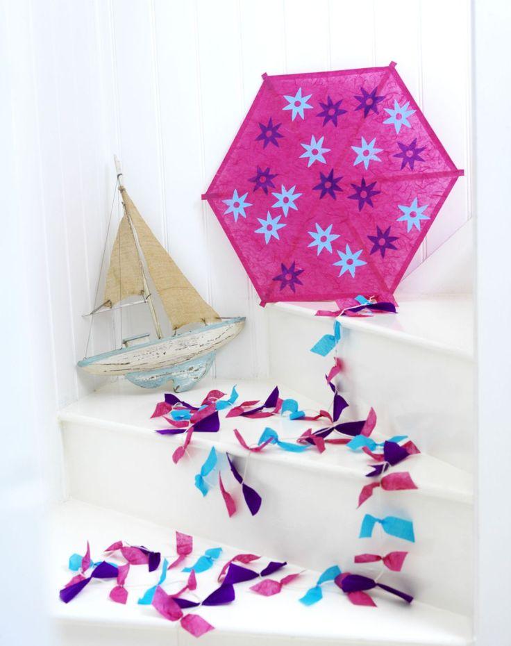 Zobacz jak urozmaicić zabawę swoim dzieciom na plaży lub na łące. Wykonaj fantastyczny, papierowy latawiec według naszego projektu.  http://zrobiszsam.muratordom.pl/dekoracje/ozdoby/jak-zrobic-latawiec-instrukcja,15_596.html