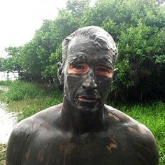 Anderson Cooper Tweets Muddy, Shirtless Pic Of Himself