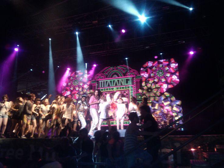 #MIA bailando con la #ComunidadMovistar arriba del escenario.
