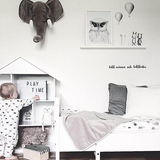Play time hemma hos den fantastiska @friidaalarsson  Hon har piffat väggen med djurkompisar & luftballonger & en textrad. Vi tokgillar❕ Tack @friidaalarsson att vi fick låna din mysiga pic 〰〰〰〰〰〰〰〰〰〰 #stickstay #stickers #wallstickers #barnrum #kidsroom #barnrumsinredning #kidsdecor  #finabarnsaker #kidsinterior #kidsdesign #kidsperation #barneroom #inspirationforpojkar #kidsinspo #kidsdeco  #nordickidsliving #kidsperation #animals #playtime