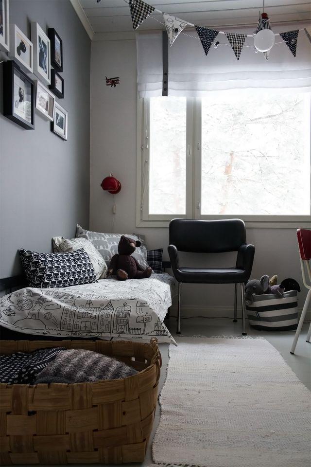 Kukkapuron toimistotuoli lastenhuoneessa. Kid's room, armchair by Kukkapuro.