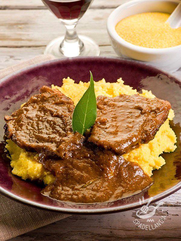 Stew with polenta - Lo Stracotto con polenta è un consistente e gustoso piatto unico: provate ad accompagnarlo, in tavola, con del buon vino rosso: il Barolo è perfetto! #stracottoconpolenta
