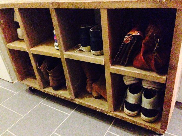 Schoenenkast gemaakt van steigerhout met wieltjes eronder.
