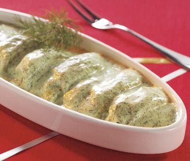Ett recept på en riktigt krämig och god sill med smak av basilika, dill, vitlök, ägg, vinäger, lätt crème fraiche och senap. Servera sillen på julbordet, till påskmiddagen eller till midsommarbuffén. Supersmarrigt!