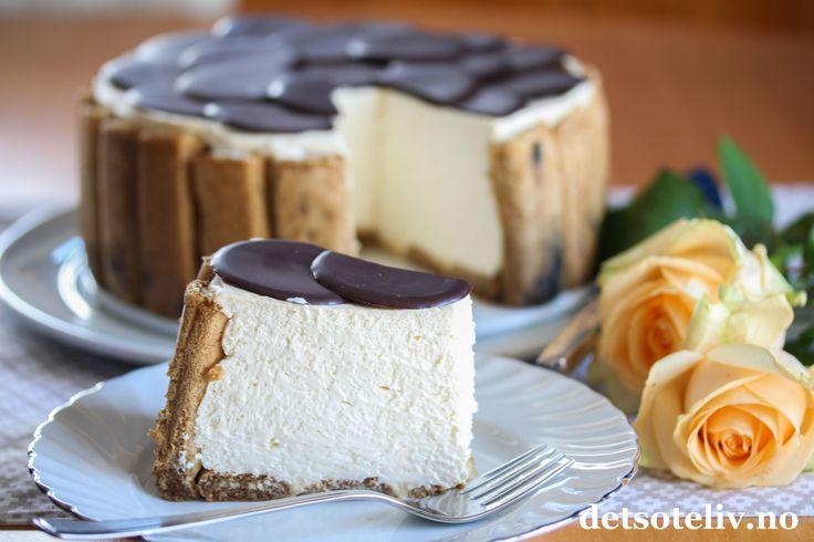 Hei kjære dere! Her skal dere få en nydelig kake med dere inn i helgen! Jeg komponerte denne kakentidligere denne uken i forbindelse med at jeg stod for kakeserveringen i et selskap hjemme hos faren min, og jeg kan love at denne kaken fikk mye skryt! Tiramisù fromasjkake er basert på de kjente ingrediensene som inngår i en klassisk, italiensk Tiramisù: Fingerkjeks dynket i kaffe, mascarponeost og mørk sjokolade. Jeg har imidlertid blandet mascarponefyllet med crème fraîche og pisket krem og…