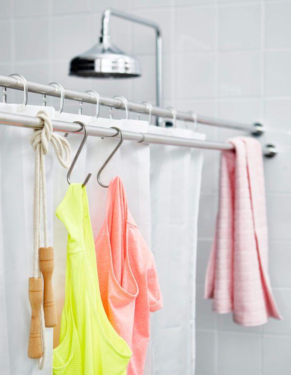 En ekstra dusjstang ved siden av dusjen brukes til å tørke håndklær og treningstøy.