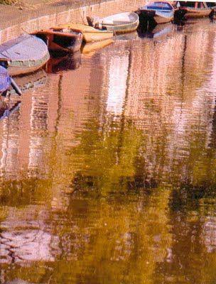 Río de aguas plácidas, barquitas reposando y nosotros en algún lugar inquietos… ¿por qué no nos instruimos en el arte de vivir…?      Kim Bertran Canut.