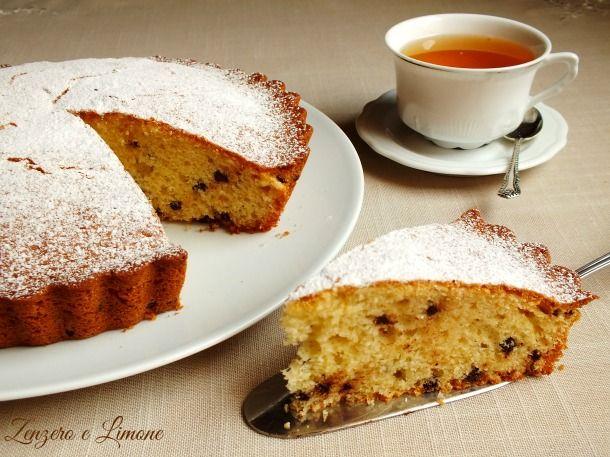 Questa torta pera e cioccolato è un dolce morbidissimo preparato con succo di frutta alla pera e gocce di cioccolato. Ottima a colazione o a merenda