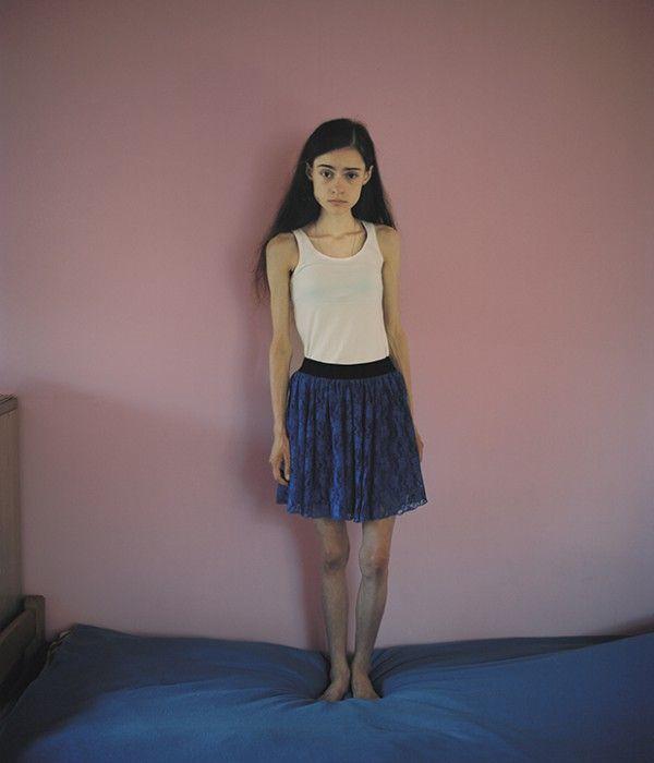 """Η Ania  (16) στο δωμάτιο της το οποίο μοιράζεται με άλλα δύο κορίτσια. """"Αλήθεια, δεν είχα ιδέα ότι φωτοσοπάρουν τα μοντέλα στα περιοδικά – ή ότι οι άνθρωποι στο Hollywood κάνουν συχνά πλαστικές εγχειρήσεις"""".© Marie Hald"""