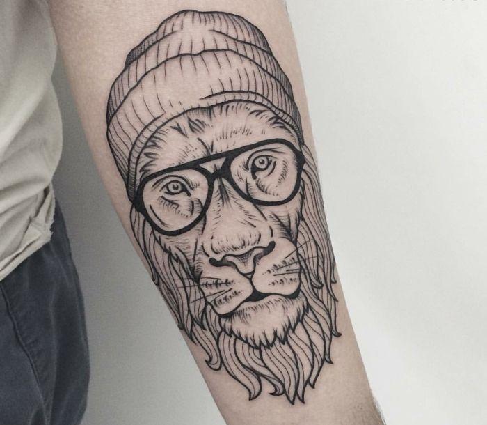 Graphique tatouage signe astrologique lion géométrique tatouage lunettes hipster