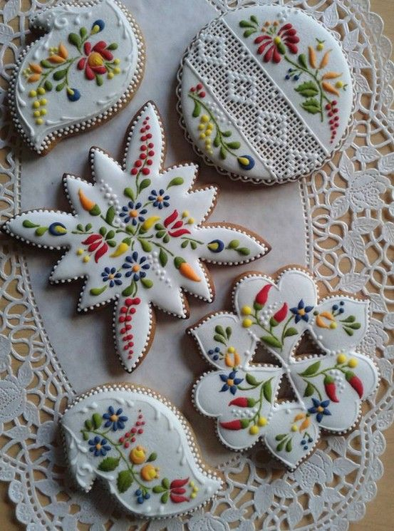 Hungarian motif cakes. How beautiful are these? Not in a million years could I create anything that looks as good as this.