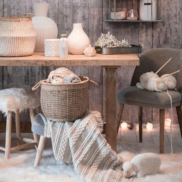 Si certains envisagent la décoration scandinave comme un peu froide, c'est parce qu'ils ne pensent pas à rendre le blanc douillet d'une matière enveloppante, ou le bleu nordique d'une matière réchauffante. Alors on choisit la peau de bête pour couvrir les fauteuils du salon ou les chaises de la salle à manger, on mise sur le tapis cocooning, on accumule les plaids et les coussins. Le Noël scandinave, c'est aussi une décoration de Noël cosy.