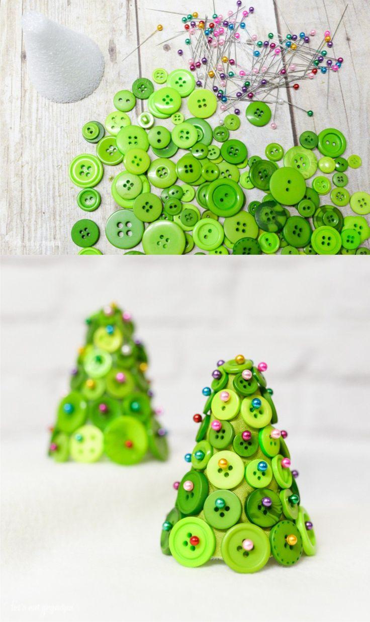 Pequeño árbol de navidad con botones