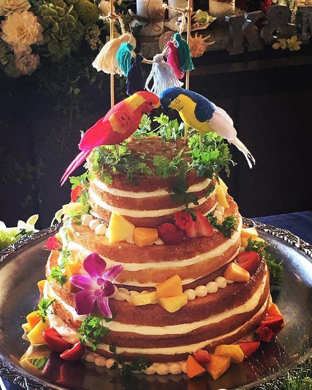 #weddingcake @mjagdt きんちゃんに相談 好みが似てるから話してるだけでウキウキした❤️ ピンクフラミンゴが良かったんやけど、なかなかなくてきんちゃんがかわいい鳥を見つけてくれて配置も考えてくれました✨ タッセルはきんちゃんの手作り。 ルポワンにもネイキッドケーキがいいってゆってイメージ写真見せたら、長方形の一段ケーキしかなかったらしく…わざわざ円形を買ってくれたらしい🙄‼️神対応‼️ これもイメージ以上にかわいくてびっくり😭✨ @mjagdt きんちゃんのケーキは見た目だけじゃなく美味しいし最高です❤️ #sugarspoon #トッパー #handmade #ネイキッドケーキ #happy #wedding #weddingceremony #827 #mandk #hana #lepointdalliance #❤️