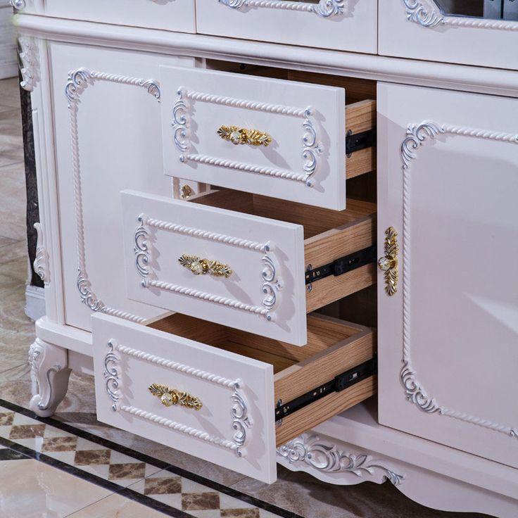 Выдвижные ящики внизу книжного шкафа белого цвета в стиле рококо