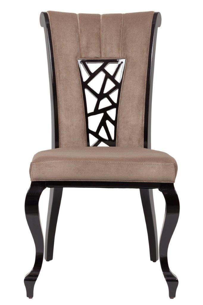 Стул, который добавит «изюминку» вашему интерьеру. У него элегантная форма. Изогнутая спинка и фигурные ножки смотрятся стильно и утонченно, напоминают о мебели в аристократических салонах прошедших эпох. Также особое внимание стоит обратить на декор на спинке стула – узор напоминает фреску. Стул выполнен в нейтральной бежево-коричневой гамме.             Метки: Кухонные стулья.              Материал: Ткань, Дерево.              Бренд: DG Home.              Стили: Классика и неоклассика…