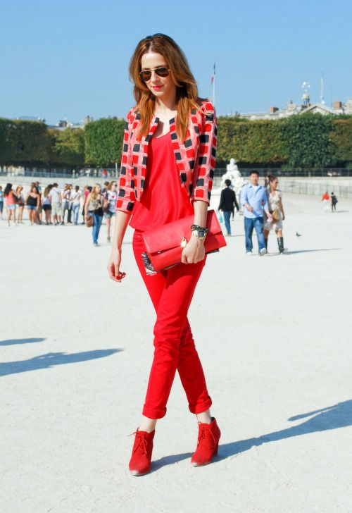 Fashion Inspiration: red pants and top, red booties and clutch, geometrical summer coat. #street style #summercoat #red