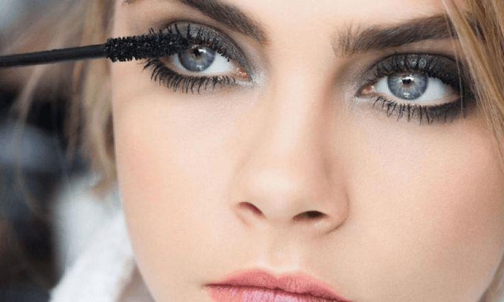 De truc is om je wimpers nat te maken vóór het aanbrengen van de mascara. Je ogen hoeven niet doorweekt te zijn, maar een beet...