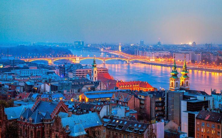 Vista noturna de Budapeste, capital da Hungria.  Fotografia: http://www.mrwallpaper.com