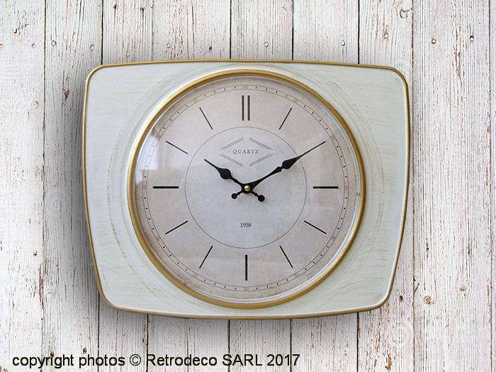 On aime la forme et le look de cette horloge en métal patiné blanc et or signée Antic Line. Elle sera parfaite dans une cuisine, salle à manger ou entrée. Fonctionne avec une pile LR6 de type AA non fournie. Horloge vintage Antic Line.