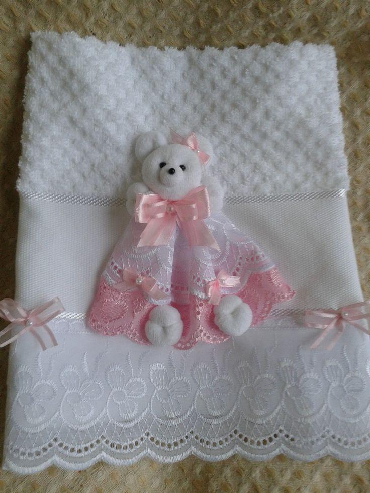 toalhinha de lavabo com aplique de ursinho <br>pode ser personalizada com frase ou nome em ponto cruz <br>varias cores <br>o aplique pode ser retirado para lavar