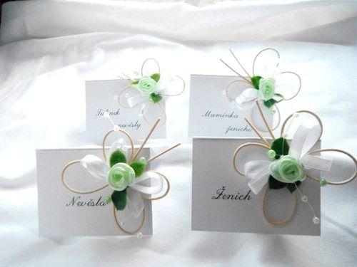 Svatební jmenovky - zelenobílí motýlci Svatební jmenovky s látkovou růžičkou…