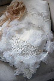Van Jeanne d'Arc Living deze prachtige handgemaakte witte vintage bruidskrans van tule bloemen met kralenhart.