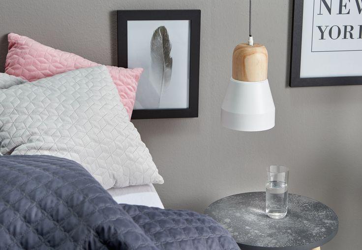 Ook voor in de slaapkamer vind je bij ons de mooiste verlichting: wat dacht je van deze hanglamp Letham met houten element? Perfect voor een moderne slaapkamer! #slaapkamer #slaapkamerinspiratie #verlichting #kwantum #slaapkamerverlichting #slapen #hanglamp