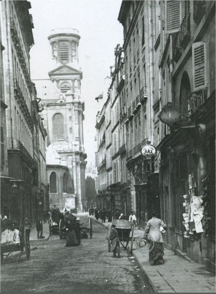 La rue et l'église Saint-Sulpice, un jour ordinaire vers 1886. Le photographe, Hippolyte Blancart, se trouve au croisement de la rue de Tournon, à gauche, et de la rue de Seine, à droite (Paris 6ème)
