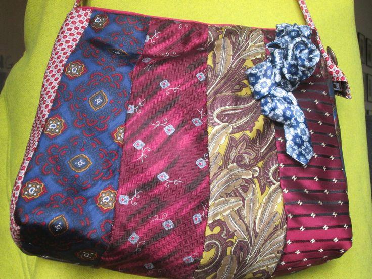Sac à main bandoulière réalisé avec de vieilles cravates : Sacs bandoulière par lilou-alfred