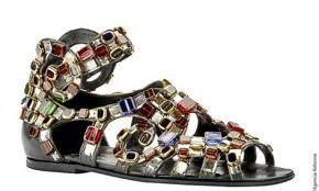 los zapatosfueron pieza fundamental desde esa época hasta hoy en día, en la moda bizantina se resalto con piedras preciosas enfocados en el calzado de oriente pero partiendo de las telas como lo fue la seda.