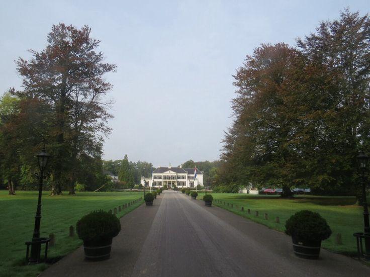 2014-09-28 Kasteel Engelenburg nabij Brummen. Rondom het kasteel ligt een gracht en is een mooi golfparcours aangelegd.