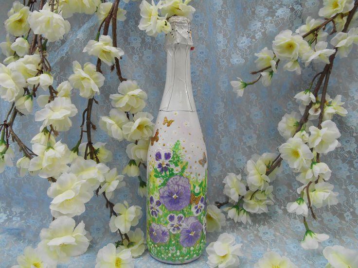 Подарочное шампанское в белой бутылке с рисунком из анютиных глазок и бабочек, выполненных в технике декупаж.#праздник #подарок #шампанское #белый #анютиныглазки #бабочки #декупаж #ручнаяработа # soprunstudio