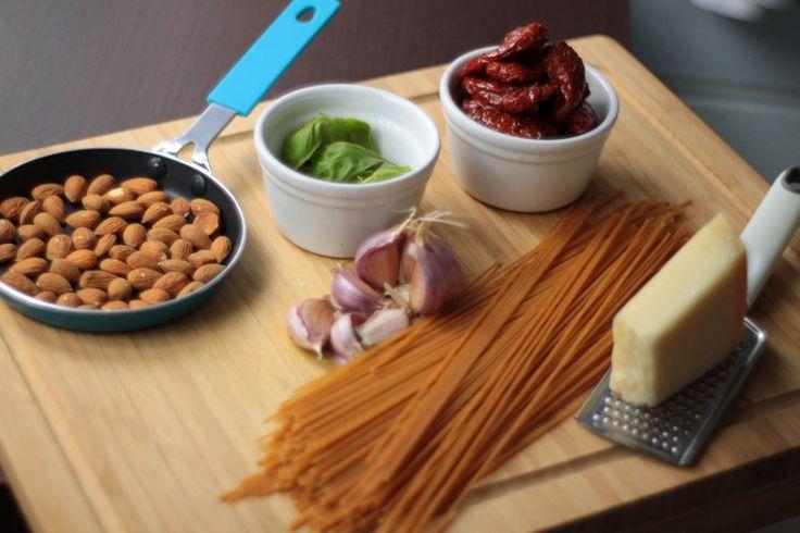 """Spaghetti z pesto sycylijskim ( SPAGHETTI CON PESTO ALLA SICILIANA ), które dzisiaj przygotowałam na obiad pochodzi z książki Gino D'Acampo - """" Włoskie dania makaronowe """", o której już kiedyś wspominałam przy okazji tegoi tegoprzepisu. Z"""