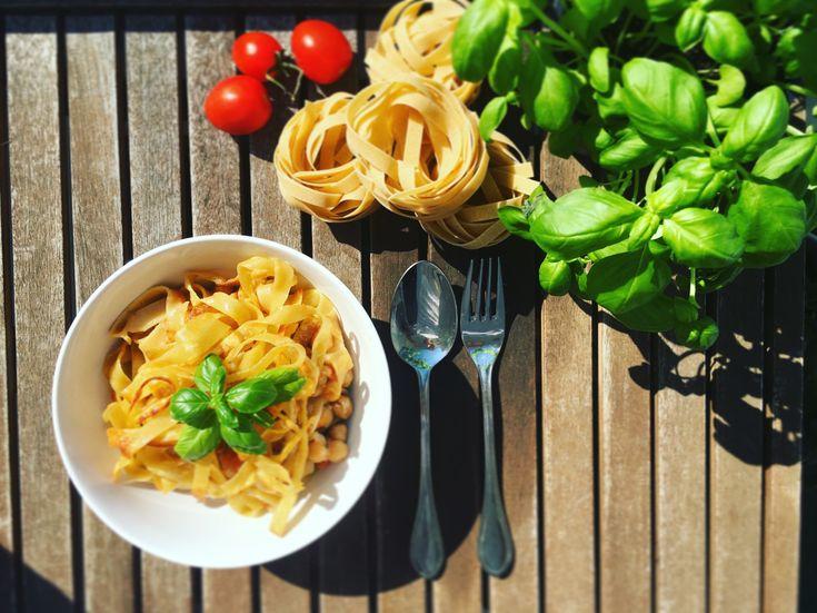 """Im Süden Italiens, im unerkundeten """"Absatz"""" liegt Apulien. Die Region der Trullis und des köstlichen, mediterranen Essens. Die """"pugliesi"""", die Einwohner Apuliens, sind herzliche, freundliche, offene und neugierige Menschen.Jeder, der schon mal in Italien war, weiss ganz genau, dass die Diät erstmal in den Hintergrund rutscht. Alles, was in Italien passiert, bleibt in Italien..nur die …"""