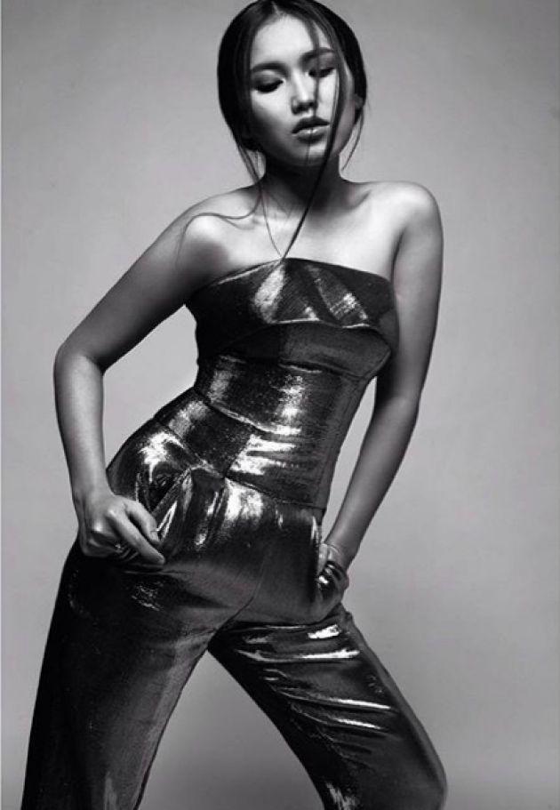Foto Hot Ayu Ting Ting Bergaya Model Seksi Majalah Dewasa (3)