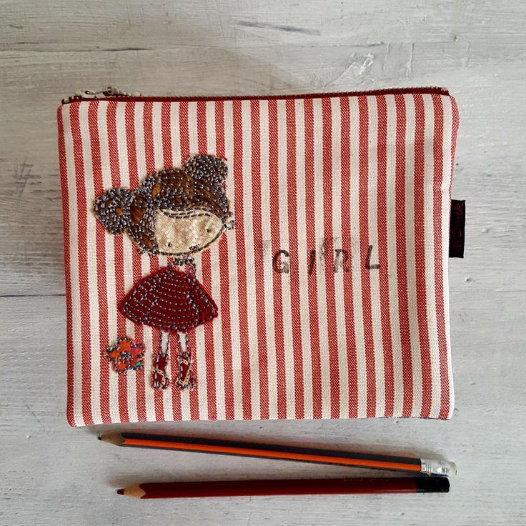 kapsička+-+Kanafasková+Girl+Nepostradatelná+kapsička+do+každé+kabelky+třeba+na+doklady,+malovátka,+klíče,+telefon,+šperky...+zkrátka+na+co+právě+potřebujete.+Můžete+ji+nosit+v+kabelce,+darovat+jako+dárek...+Kapsička+vyztužená+pro+větší+bezpečnost+věcí+uvnitř+a+příjemnější+omak.+Z+každé+strany+má+kapsička+jiný+kanafas.+Vyšívaná+holčička+s+manžestrovou...