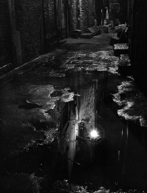 Francesco Ferruccio Leiss, Mare de nuit,Réverbère se réflétant dans une flaque d'eau...à Venise 1950