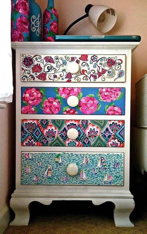 Criado-mudo com gavetas estampadas