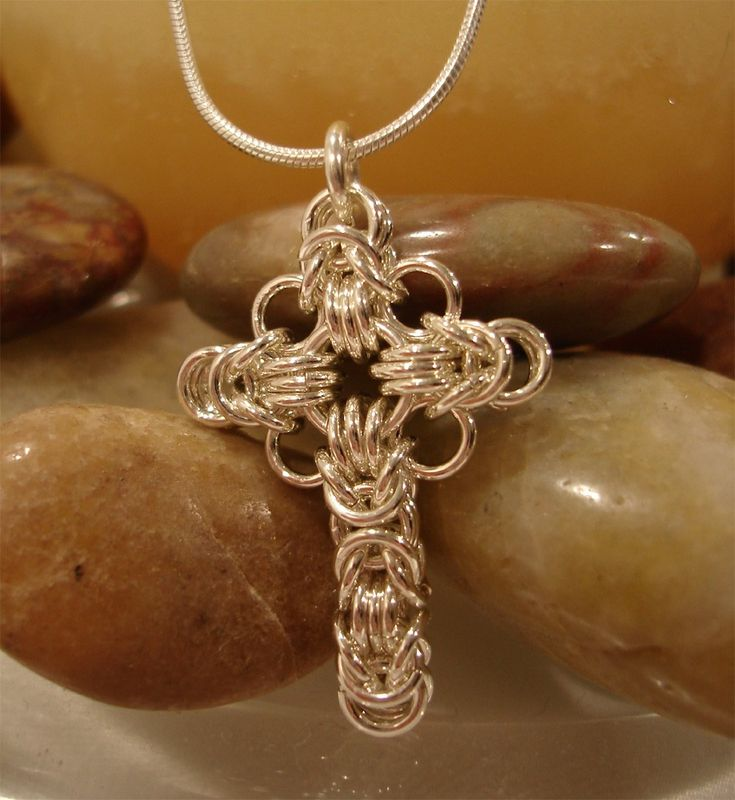 I loved this celtic cross the first time I saw it and the brilliant creator (Candy from EyeCandy Chainmaille) provided the pattern, rings and mentoring to help me make it !!